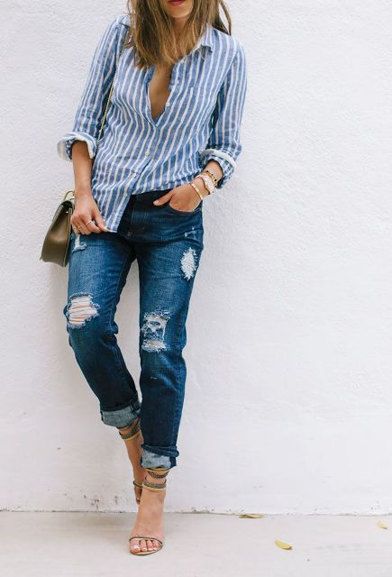 С потертыми джинсами, маленькой сумкой и высокими каблуками