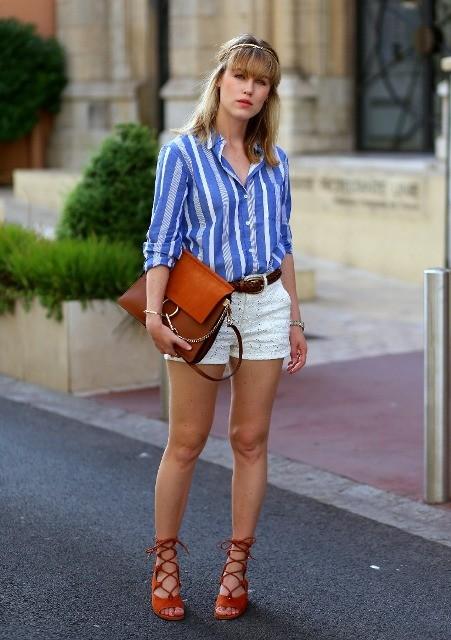 В белых шортах, коричневом поясе, коричневой сумке и красных туфлях на шнурках