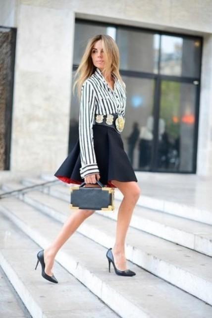 С черной юбкой-роллером, маленькой сумкой и черными туфлями
