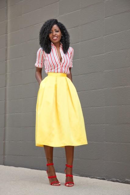 С желтой юбкой-миди и красными туфлями