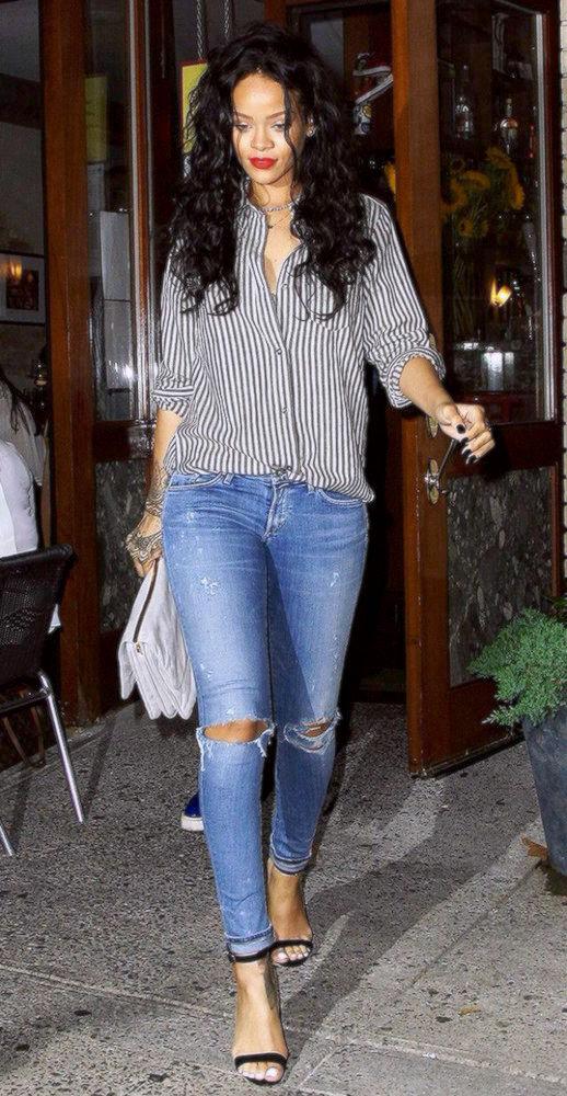 с синими джинсами