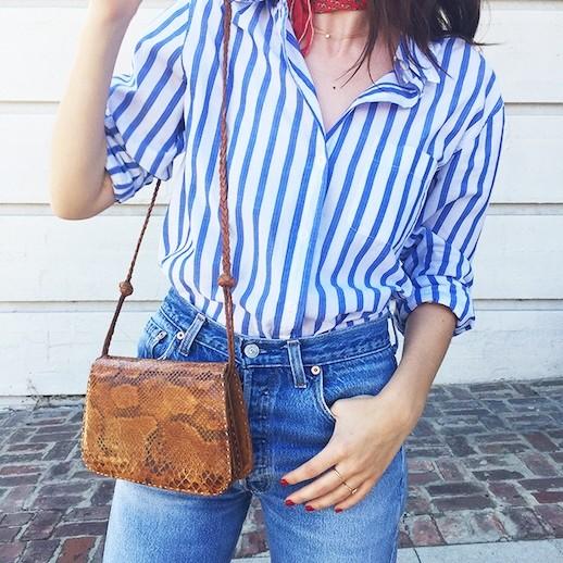 с синими джинсами и коричневой сумкой