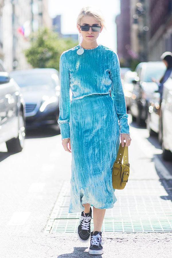 голубое платье из бархата