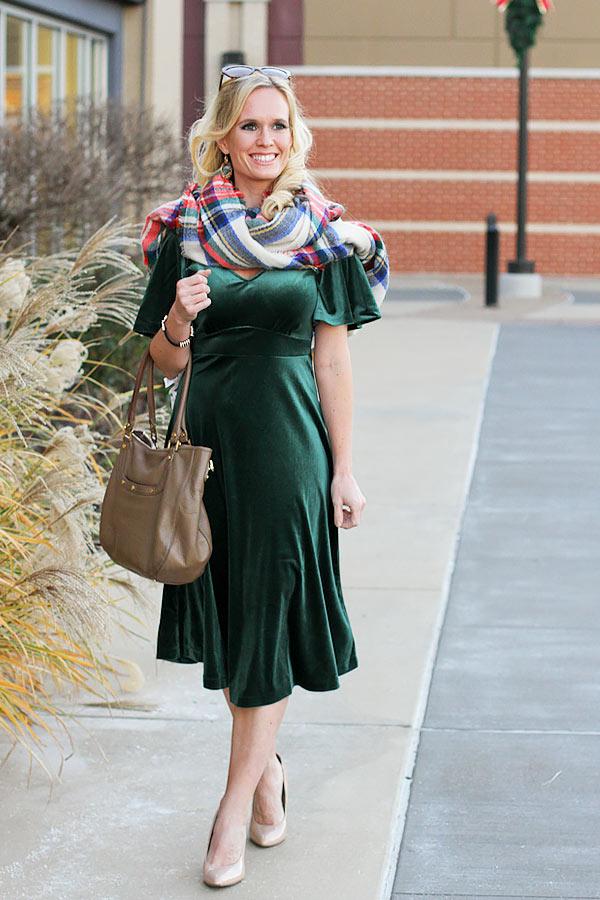 зеленое бархатное платье с коричневой сумкой, клетчатым шарфом и туфлями