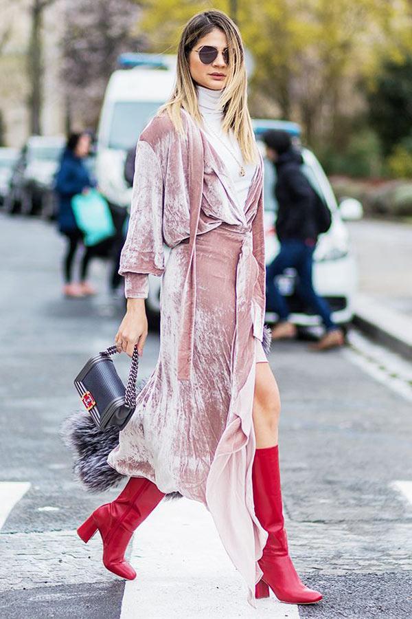 нежно-розовое платье из бархата с красными сапогами