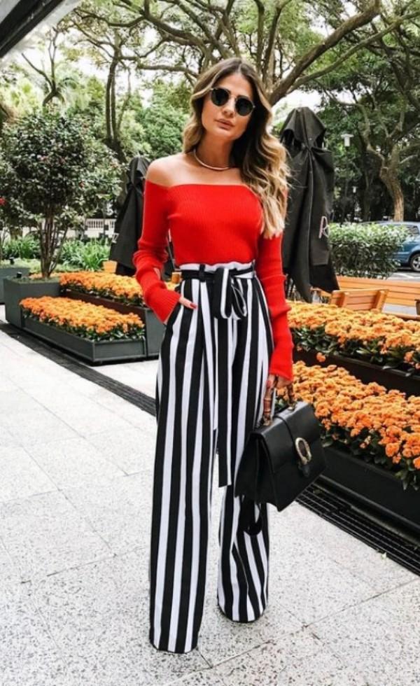 с полосатыми брюками и красной кофтой