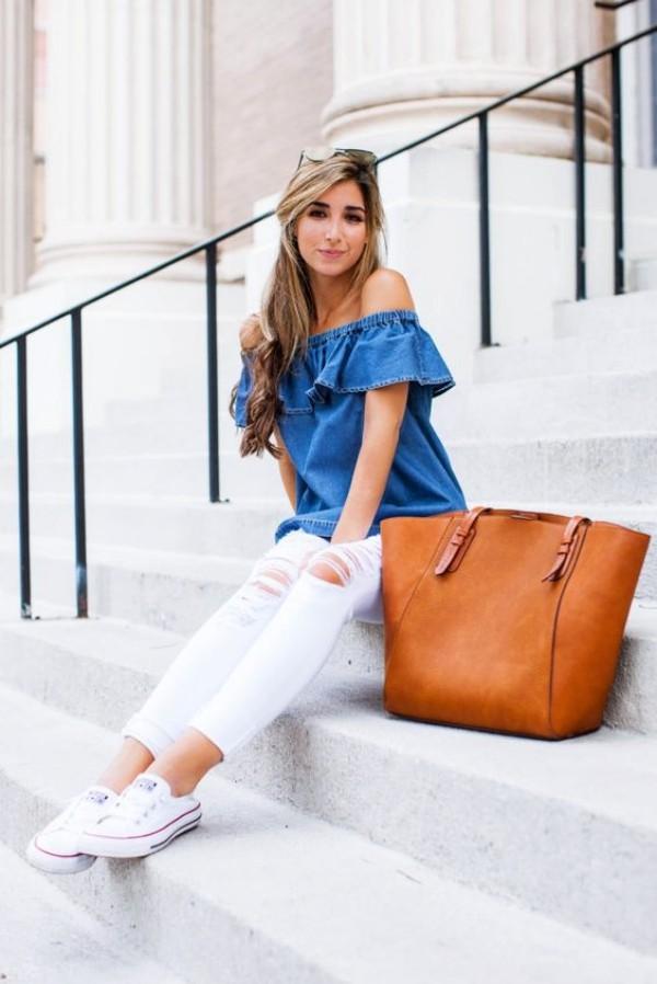 с белыми рваными джинсами и синей блузкой