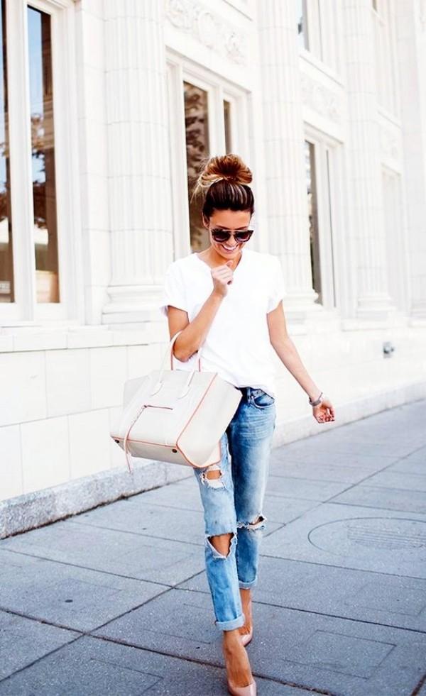 с рваными синими джинсами и белой футболкой
