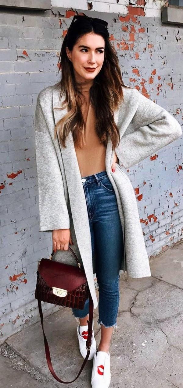 со светло серым пальто