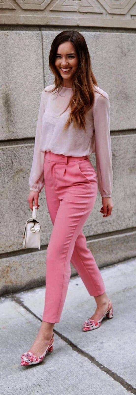 с розовыми брюками и джемпером