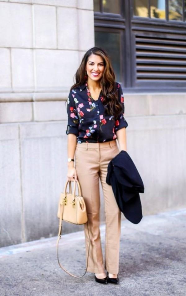 с бежевыми брюками и блузкой в цветочек