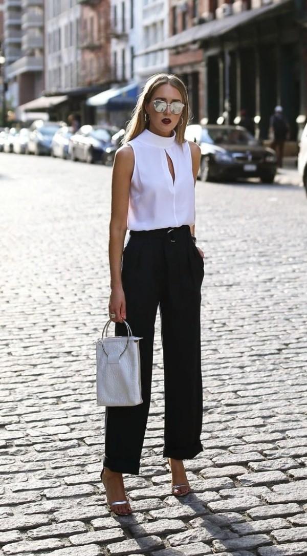 с широкими черными брюками