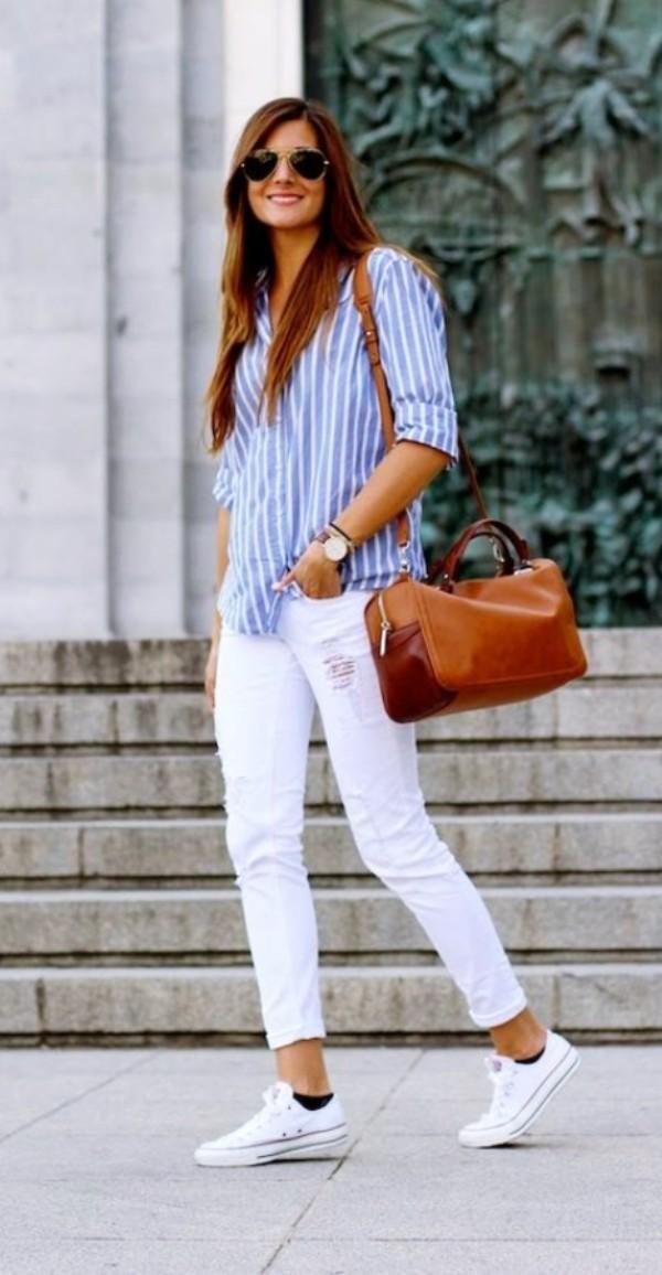с голубой рубашкой в полоску и белыми джинсами