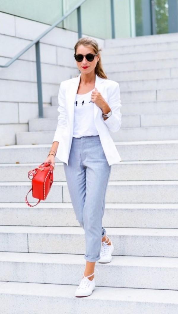 с серыми брюками и белым жакетом
