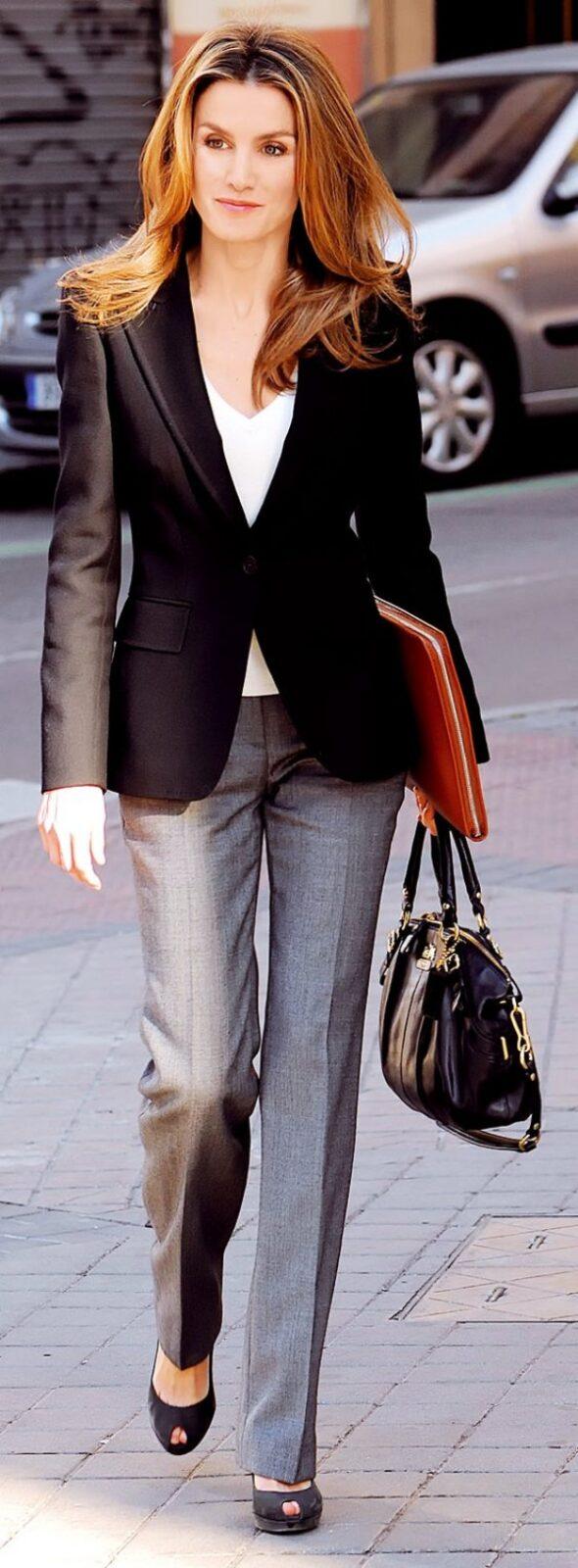 с серыми брюками и черным жакетом
