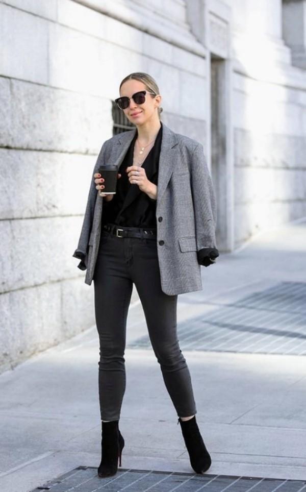 Стильные образы для женщины 35 лет с серым жакетом