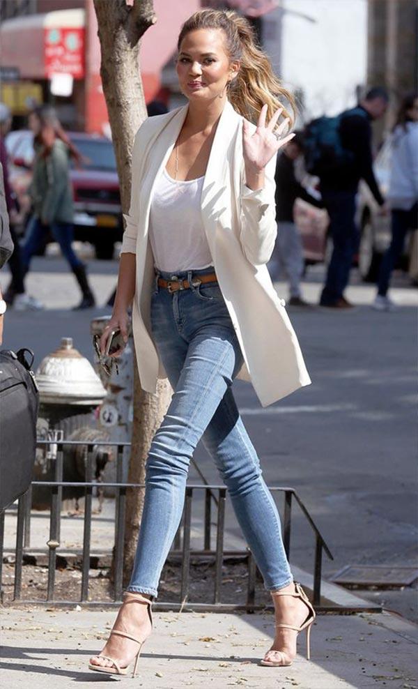зауженные джинсы с белым блейзером