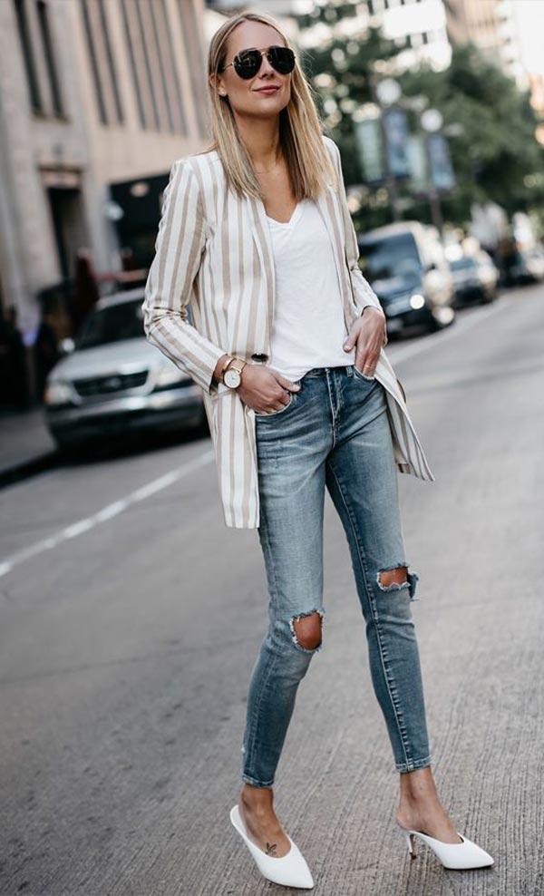 рваные джинсы с жакетом в полоску, фтболкой и белыми туфлями