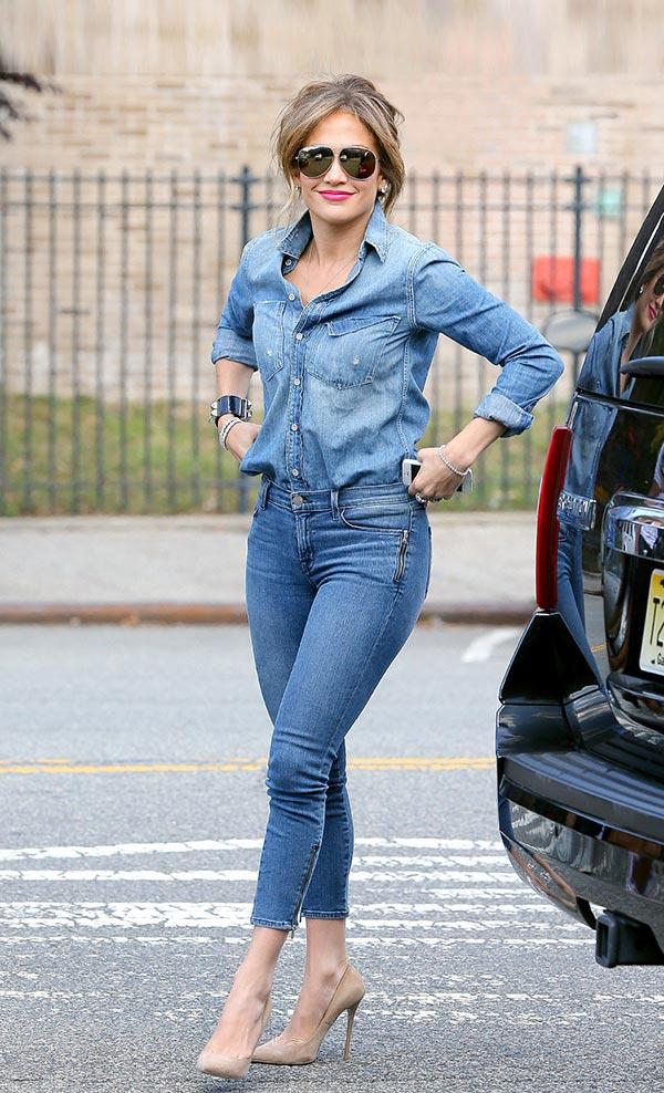 с джинсами и рубашкой из денима