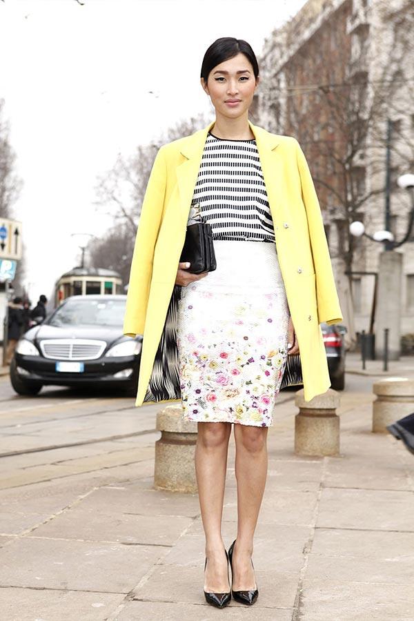 светлая юбка карандаш в цветочек с пальто