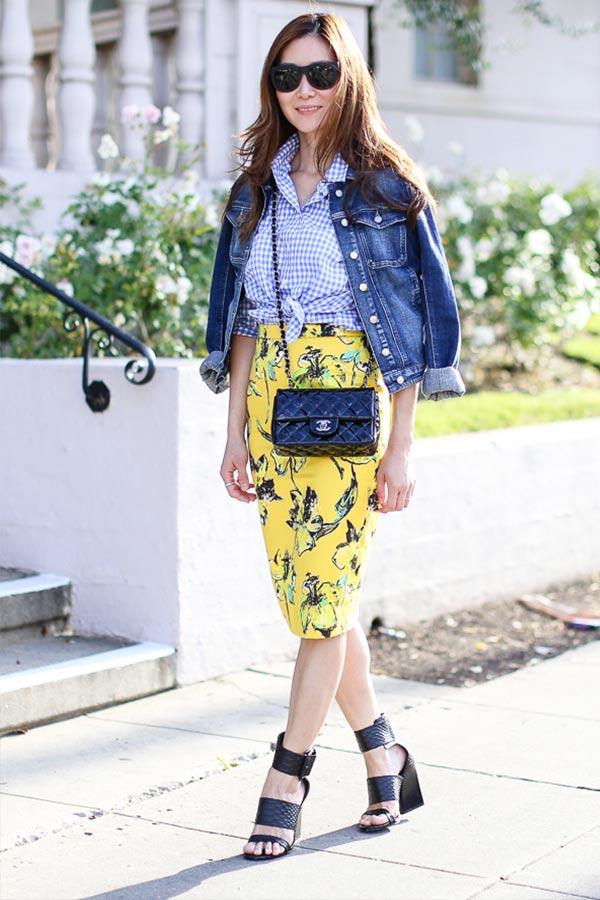 желтая юбка карандаш в цветочный принт с джинсовой курткой