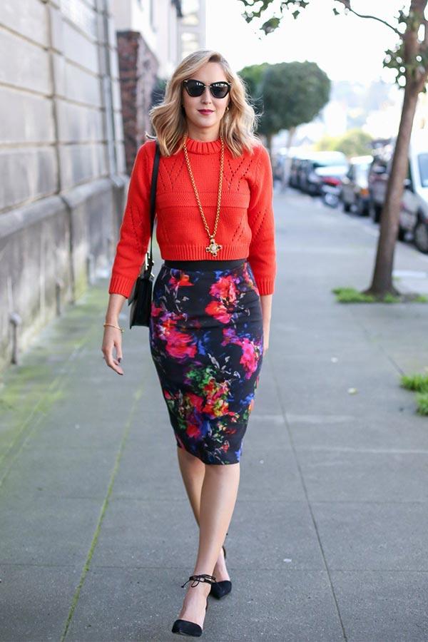юбка карандаш в цветочный принт с коралловым свитером