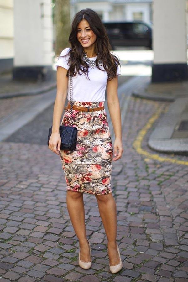 юбка карандаш с цветочным принтом с белой футболкой и туфлями