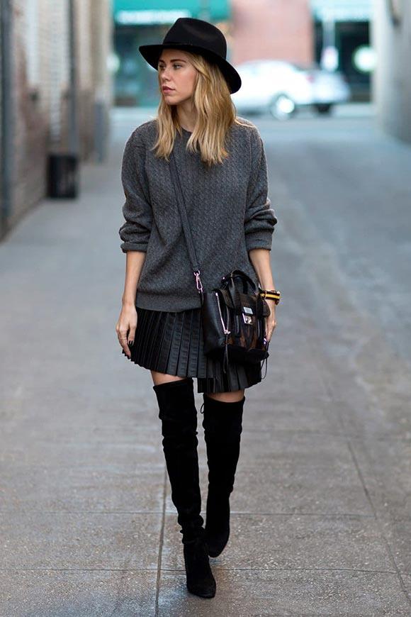 короткая юбка плиссе из кожи с высокими сапогами