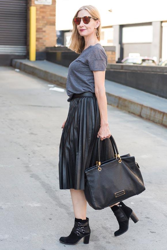 юбка плиссе кожаная с футболкой и ботильонами