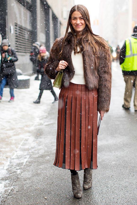 коричневая кожаная плиссированная юбка с шубой