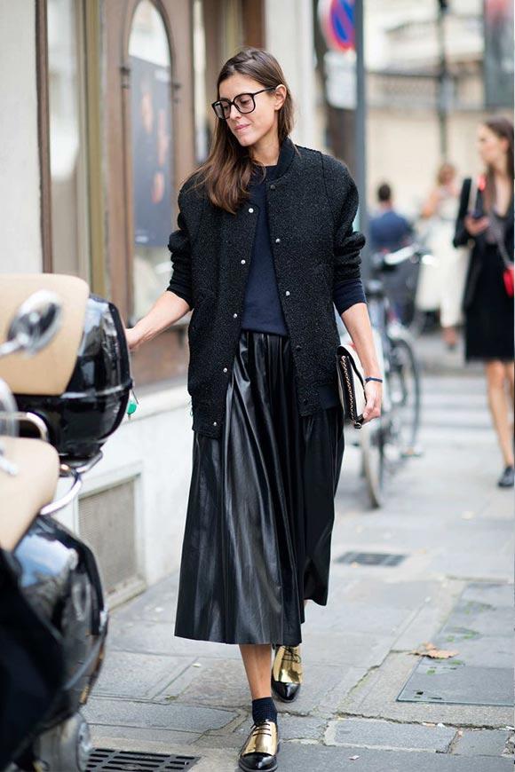 с черным пальто и ботинками