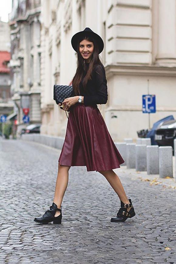бордовая плиссированная юбка с черной водолазкой и шляпой