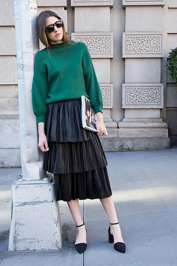 кожаная юбка плиисе с зеленым джемпером