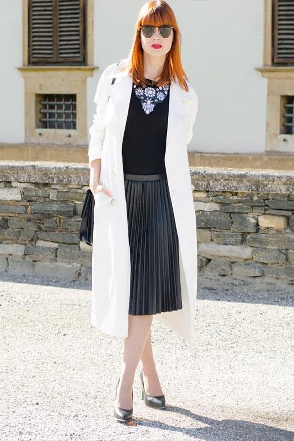 юбка плиссе из кожи с белым пальто