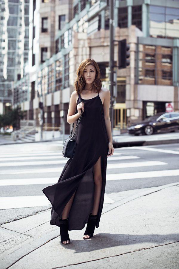 черное платье на бретелях с вырезом с ботильонами без носков