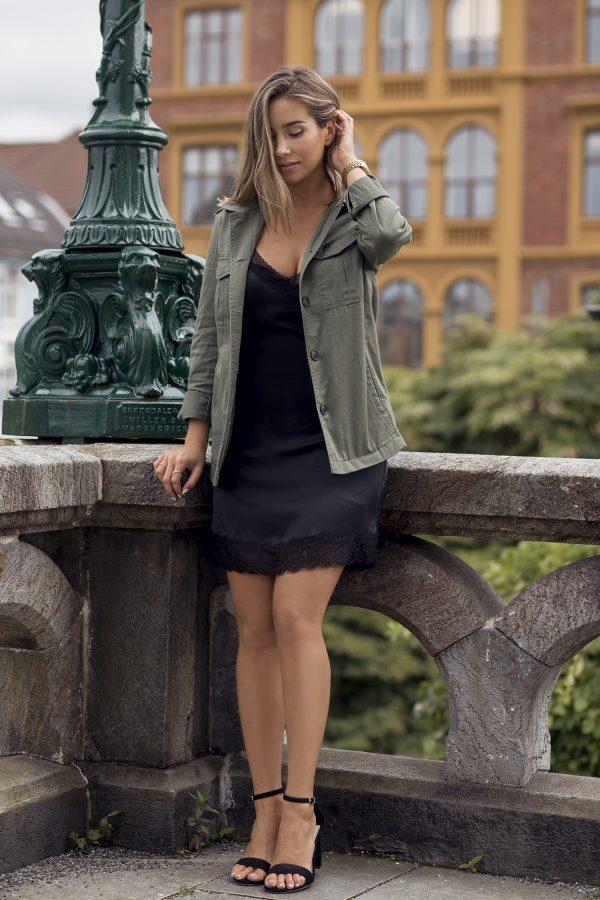 короткое черное платье с паркой и босоножками