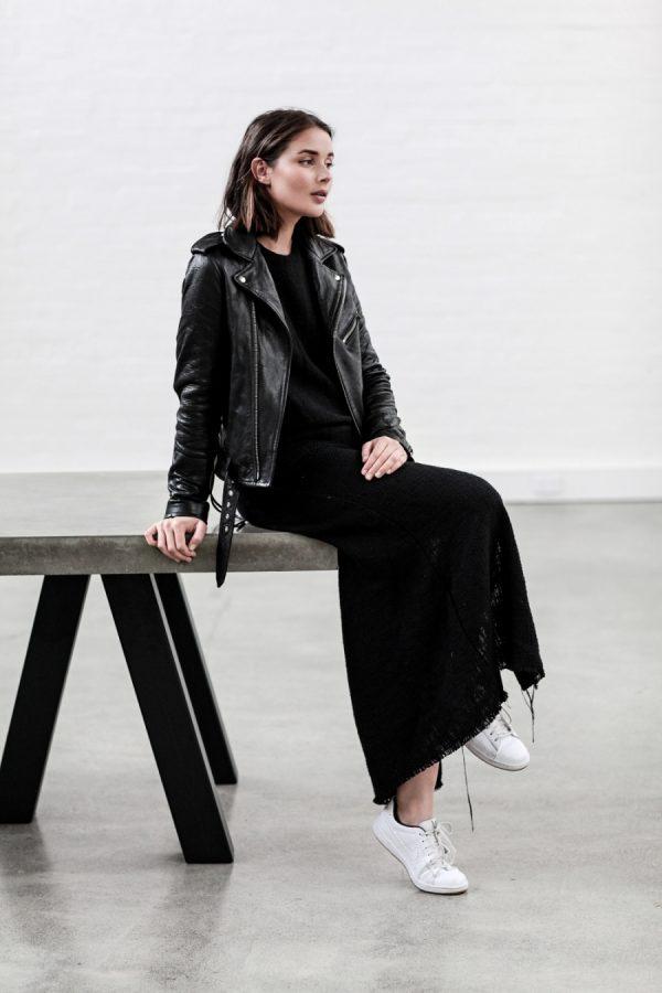 черное платье с кожаной курткой и белыми кедами