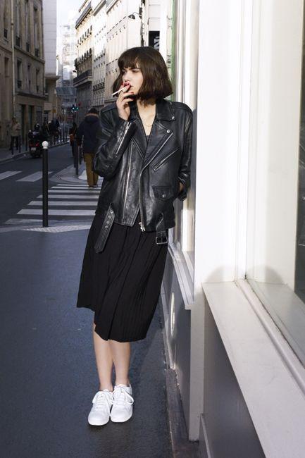 кожаная куртка оверсайз с черным платьем и белыми кедами