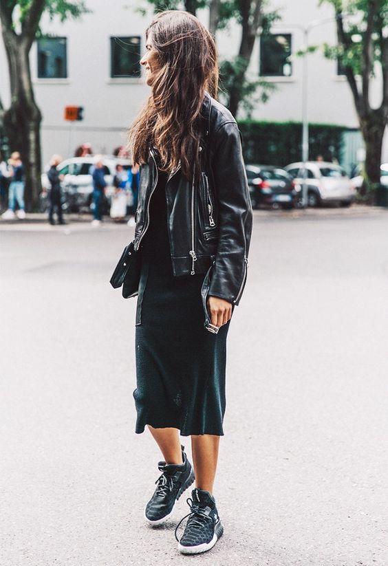 с черным платьем и кроссовками