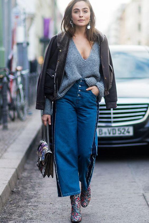 с короткими широкими джинсами и серым свитером