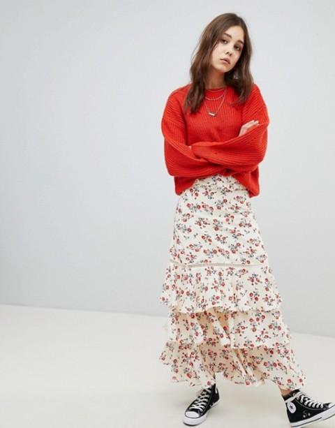 С красной свободной свитером (свитшотом) и кроссовками
