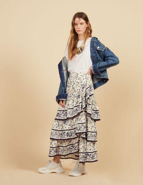 Юбка-макси с оборками футболкой, джинсовой курткой и белыми кроссовками