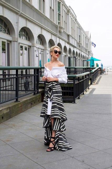 Длинная юбка с воланами с белой блузкой, солнечными очками и босоножками на шнуровке