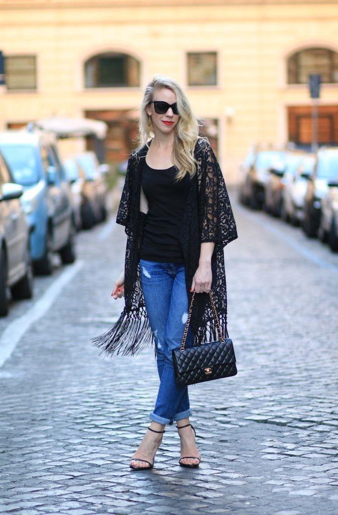кимоно с джинсами, темно футболкой и сумкой