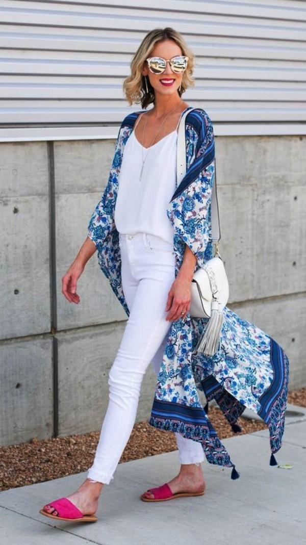 синее платье-халат с белыми джинсами