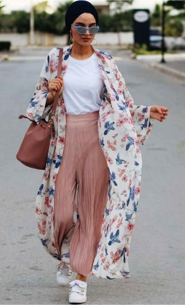 с розовыми широкими брюками из шифона