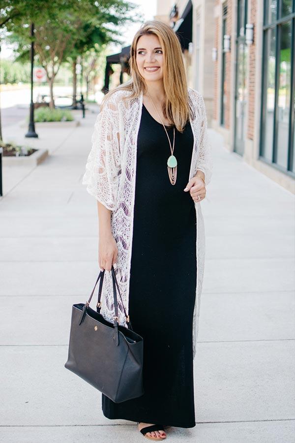 с черным длинным платьем