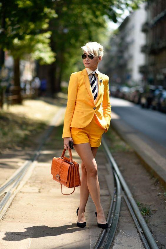 желтый костюм с шортами, белая пуговица вниз, полосатый галстук, черные туфли и оранжевая сумка