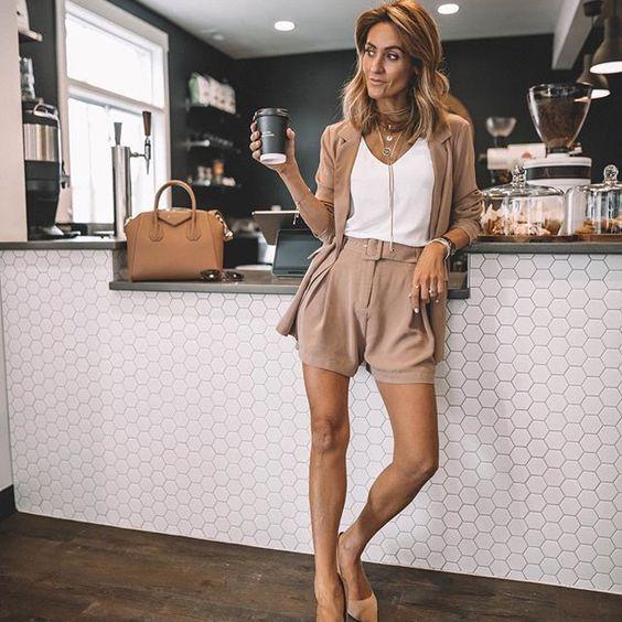 стильные светло-коричневые шорты с белым топом