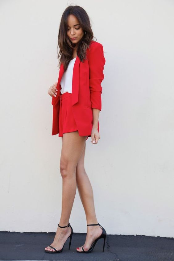 красный , белый топ, черные каблуки - все, что нужно для идеального внешнего вида